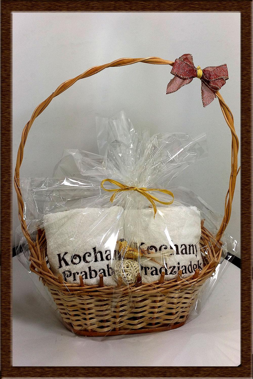Idealny na prezent dla pradziadków ;o) Koszyk Dekoracyjny  z ręcznikami dla praBabci i praDziadka  na ręcznikach wyhaftowane teksty
